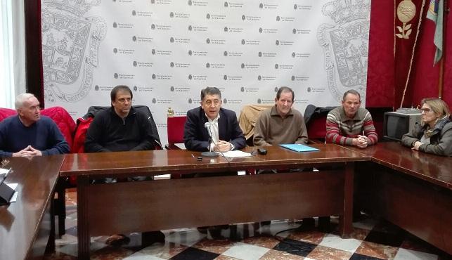 Manuel Martín, con personas afectadas por Idental.