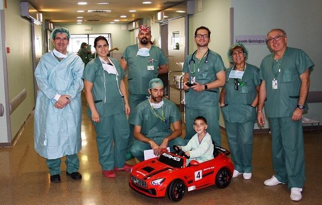 Un niño, en uno de los coches junto al equipo quirúrgico.