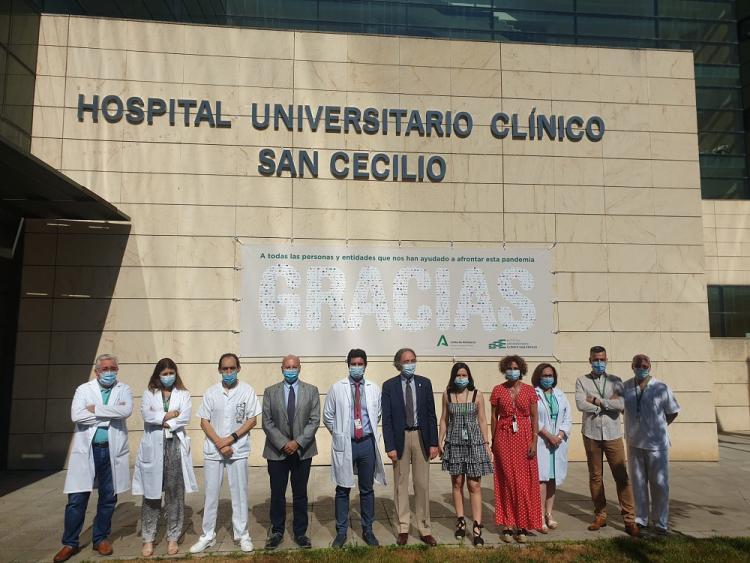 El delegado de Salud, este jueves, en el Hospital San Cecilio del PTS, donde se ha desplegado una pancarta en agradecimiento a la labor de los sanitarios.