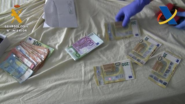 Dinero en efectivo intervenido a los detenidos.