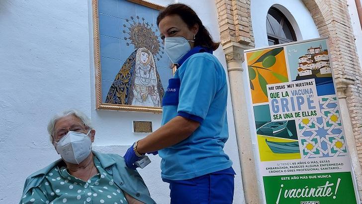 Vacunación a una mujer en una residencia de Córdoba, este jueves.