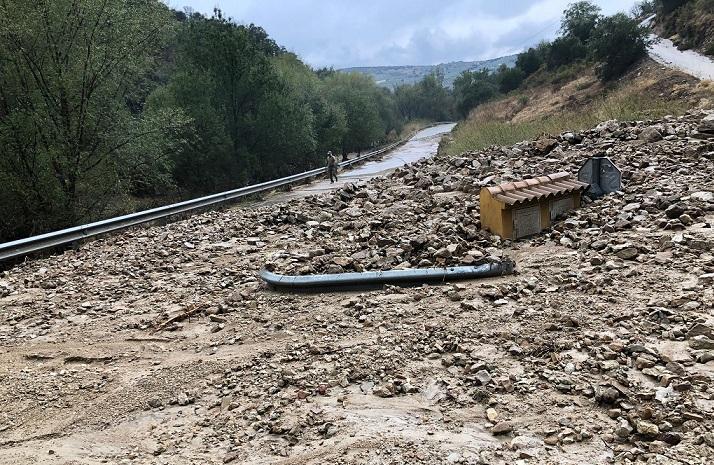 Una de las vías cortadas, completamente inundada por el barro.