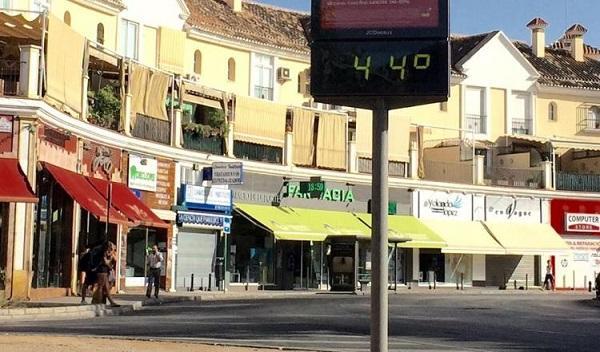 Imagen de archivo con un termómetro con registros por encima de los 40 grados en Granada.