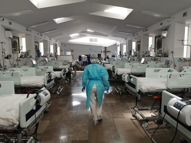 Una sanitaria entra en la UCI de la capilla del Virgen de las Nieves.