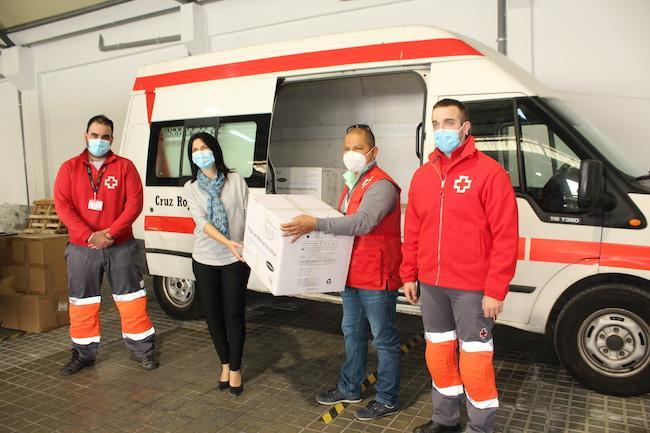 Inmaculada López Calahorro entrega el material a Cruz Roja
