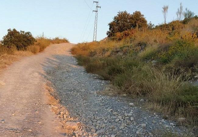 Imagen de uno de los accesos sin asfaltar.