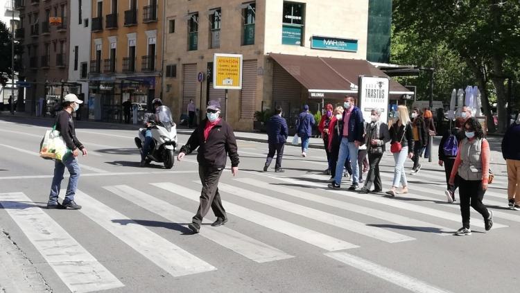 Peatones caminan por la Acera del Darro en una imagen de archivo.