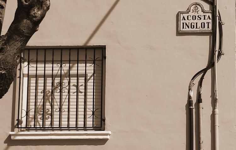 Calle de Acosta Inglot, alcalde franquista en 1941, ubicada en el entorno del Cercado Bajo de Cartuja.