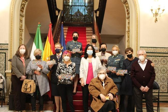 Homenaje a Encarnación Olmedo (sentada) y otras siete 'Granadinas por la libertad' el pasado abril.