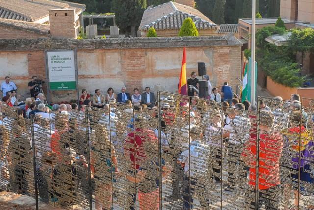 Imagen del homenaje de 2017, cuando se inauguró el Memorial a las Víctimas junto a las tapias del cementerio.