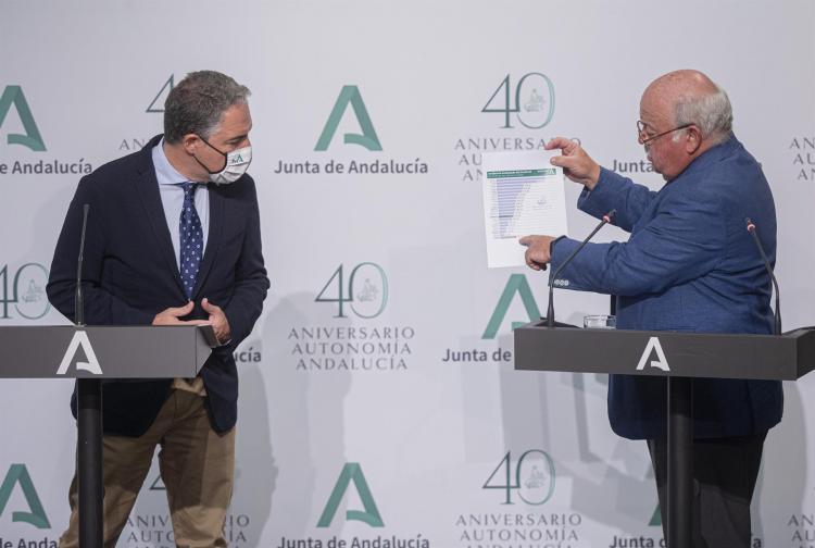 Los consejeros Jesús Aguirre y Elías Bendodo este jueves en rueda de prensa.