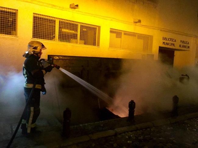 Bomberos y Policía Local han intervenido ante estos actos vandálicos.