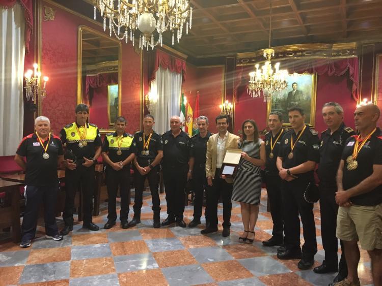 El alcalde recibe a una delegación de policías y bomberos de Granada.