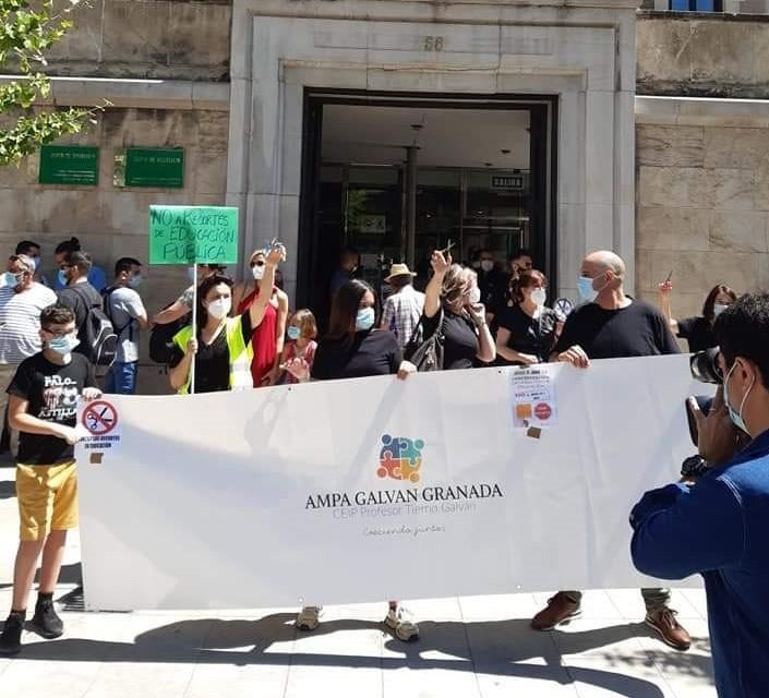 Con camisetas negras y tijeras en la mano, representantes de la AMPA y también docentes, se concentraron a las puertas de la Junta.