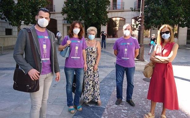 Chus Fernández -izquierda- junto a Patricia Cervera y otros miembros de la Asociación TCA Andalucía
