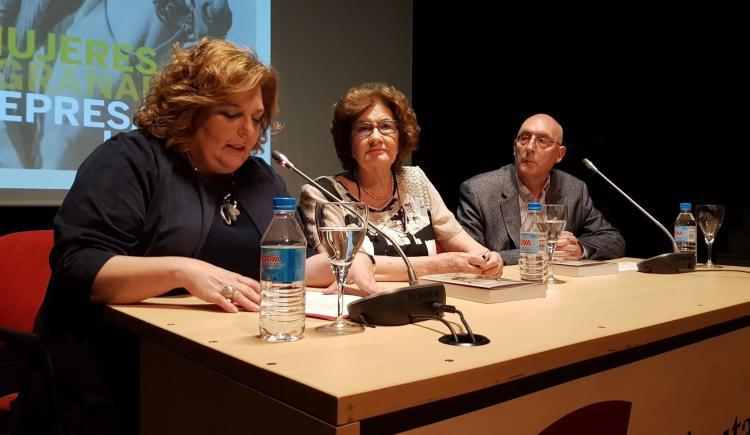 Antonina Rodrigo flanqueada por Fátima Gómez y Juan Mata.