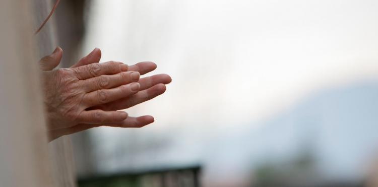 Detalle de unas manos durante el último aplauso a los sanitarios en mayo del pasado año.
