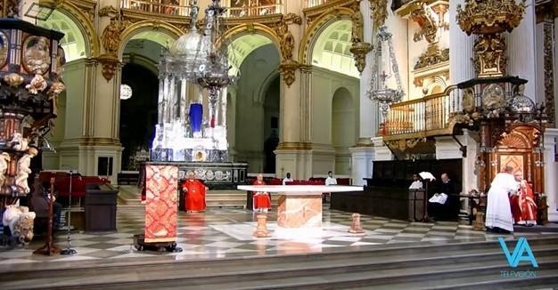 Momento en el que le comunican al arzobispo que la Policía pide que se desaloje la Catedral.