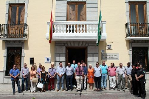 A las puertas del Ayuntamiento de Atarfe, se ha guardado un minuto de silencio.