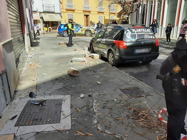 Policía Local de Atarfe acordona una calle tras los desprendimientos de una fachada.