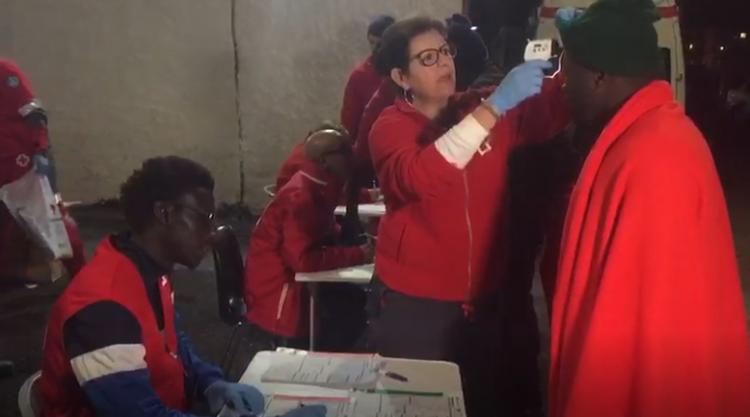 Cruz Roja ha prestado una primera asistencia a los migrantes rescatados.