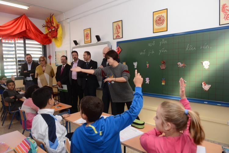La consejera visita el aula Confuccio de Miguel de Cervantes' de Armilla.
