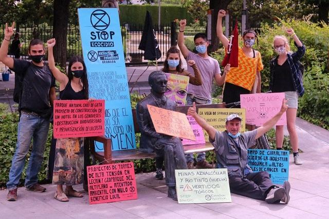 Miembros de Extinction Rebellion, con carteles en el bulevar de Constitución.