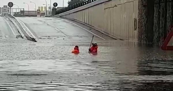Bomberos de Granada interviniendo en el túnel de la Avenida de Andalucía, completamente anegado.