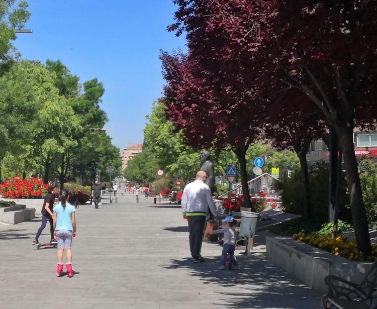 Paseos infantiles, al inicio de la fase 0, en la Avenida de la Constitución.