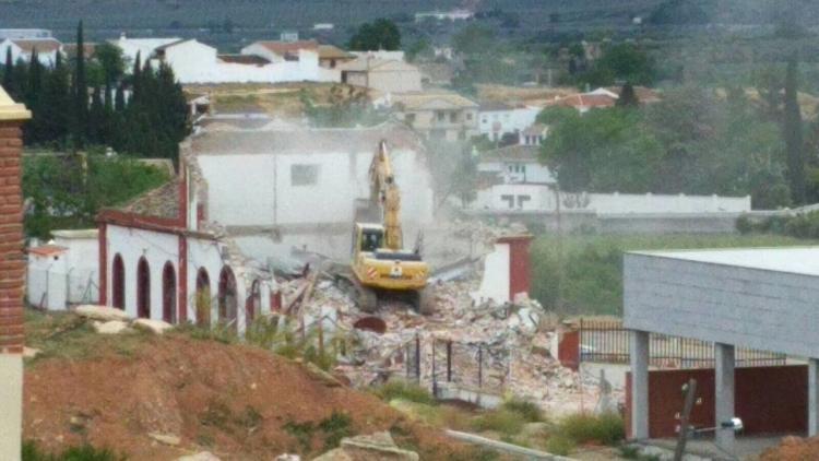 Las máquinas, este viernes, derribando la antigua estación.