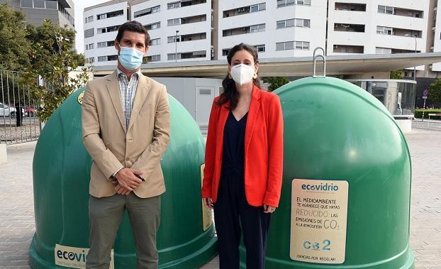 La diputada de Medio Ambiente, María del Carmen Fernández, y el gerente de Ecovidrio en Andalucía, Jesús Gutiérrez,