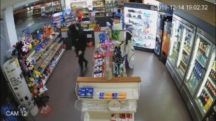 Imagen captada por la cámara de seguridad de una gasolinera durante uno de los atracos.
