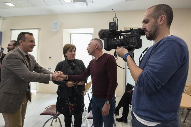 Higinio Almagro y Sandra García felicitan al periodista de Canal Sur Jorge Muñoz.