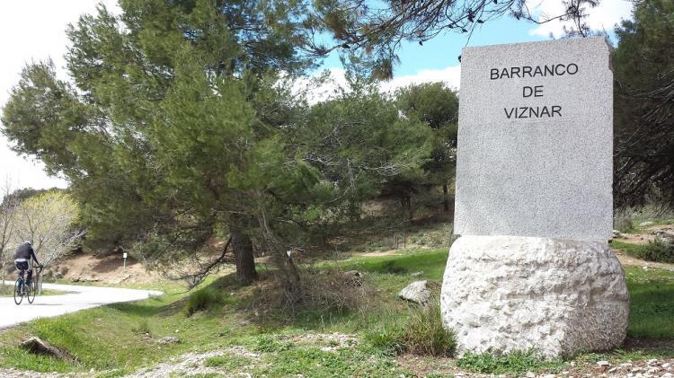 Monolito que señaliza el Barranco de Víznar.
