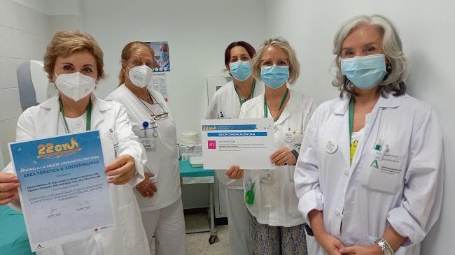 Berta Gorlat, a la izquierda, muestra el diploma junto autoras.