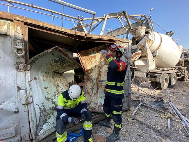 El bombero sexitano David Cabrera se refresca en un descanso de las labores de rescate en Beirut.