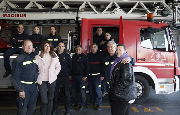 María José Pérez y María Eugenia Espínola con los bomberos que salvaron sus vidas.