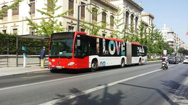 Un autobús en pruebas en una de las paradas de la LAC de Gran Vía.
