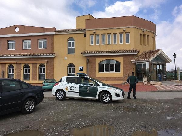 Una patrulla de la Guardia Civil, a las puertas de la residencia de Cájar.