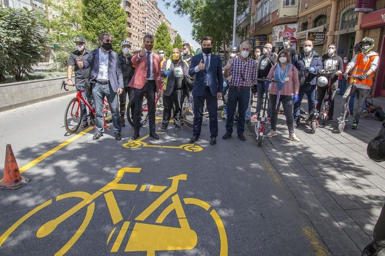 El alcalde y el concejal de Movilidad junto al grupo de ciclistas y usuarios de VPM en el Camino de Ronda, donde se pintan la nueva señalización vial.