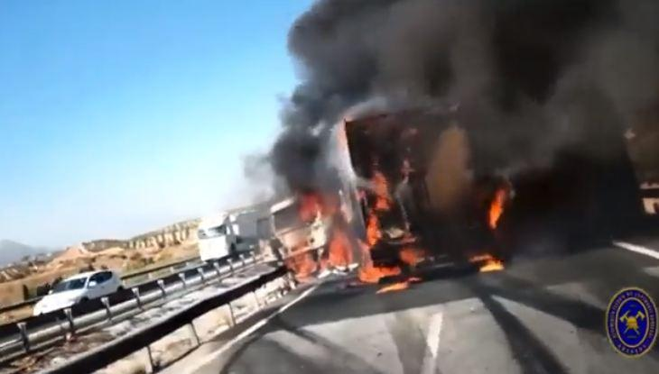 El camión, ardiendo en la calzada de la A-92.
