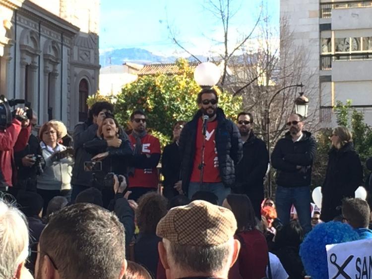El doctor Candel se dirige a los asistentes al finalizar la manifestación.