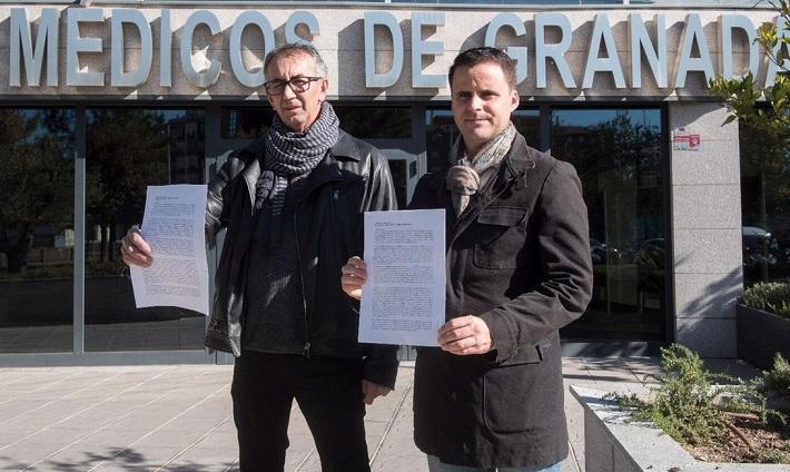 Juan Pérez y Juan Pinilla muestran el escrito presentado.