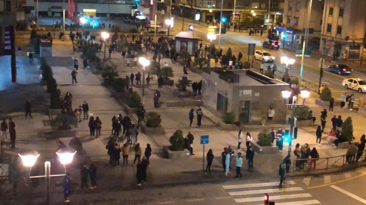 Vecinos y vecinas del Camino de Ronda, en la noche del 26 al 27 de enero, tras la sucesión de terremotos que soliviantó al área metropolitana.