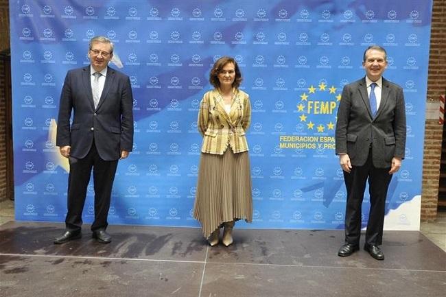 Carmen Calvo junto a Abel Caballero (d) y Fernando Martínez (i).