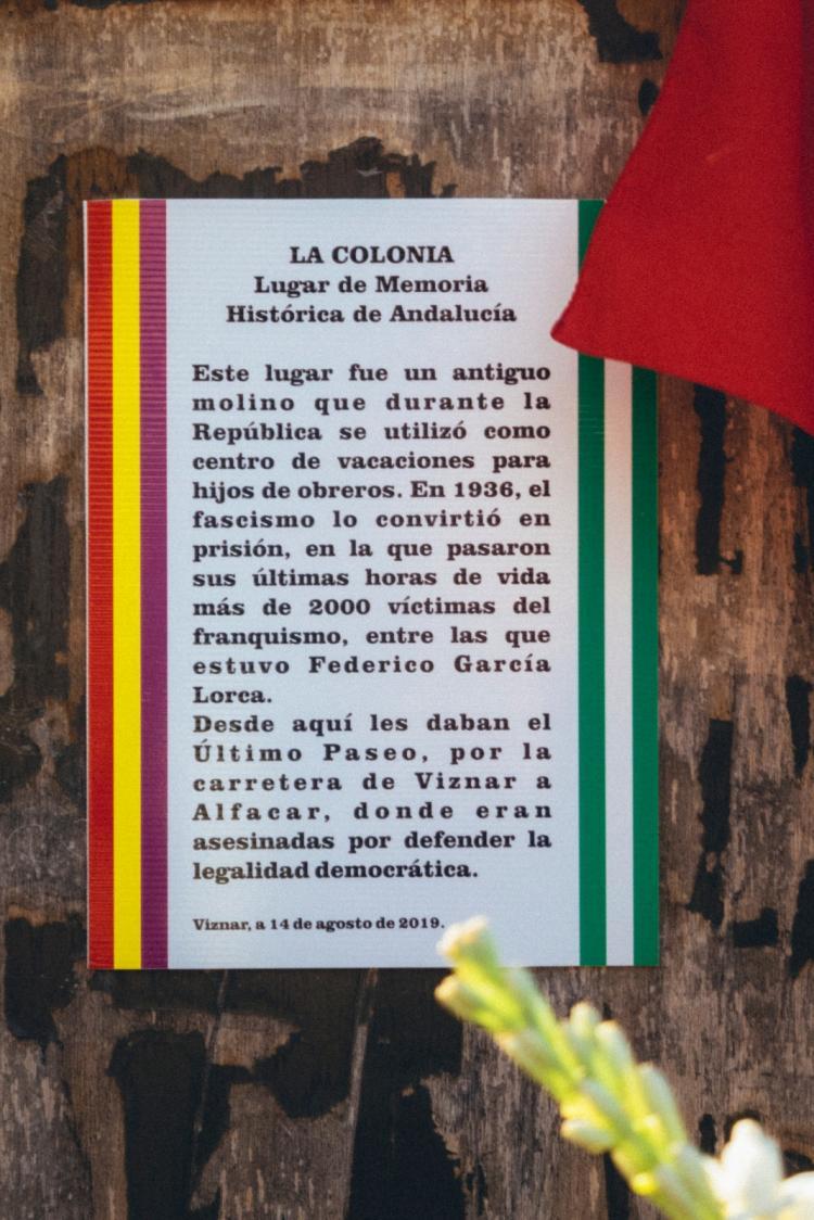 Cartel colocado en 2019 para reivindicar La Colonia como Lugar de Memoria. Fue arrancado por la extrema derecha en un intento de borrar la memoria.