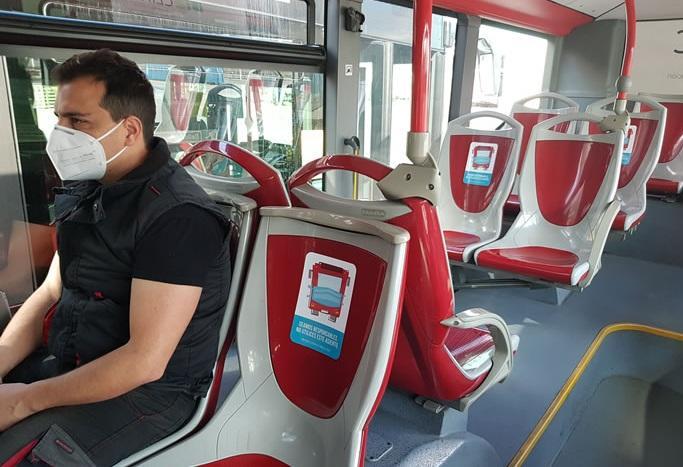 Interior de un autobús con los asientos señalizados.