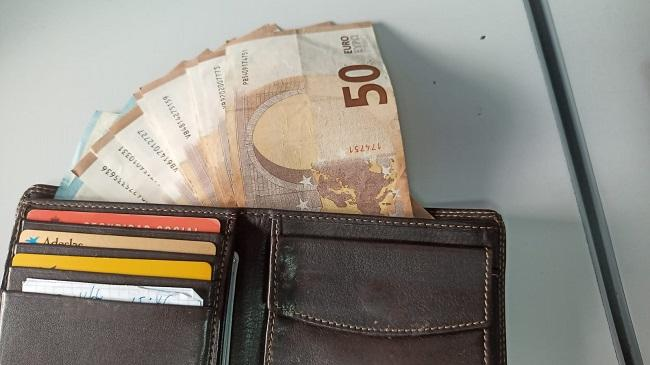 En la cartera había cerca de 600 euros.