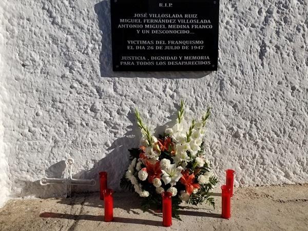Imagen de unas flores depositadas, en un homenaje, a las víctimas enterradas en la fosa de Gualchos-Castell de Ferro.