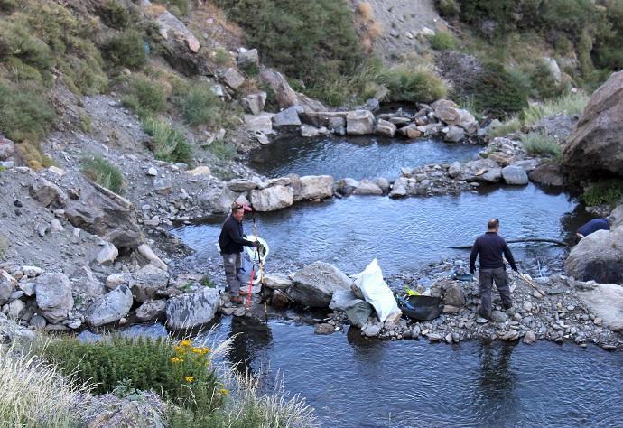 Recogida de residuos en el río Monachil, junto a la estación.